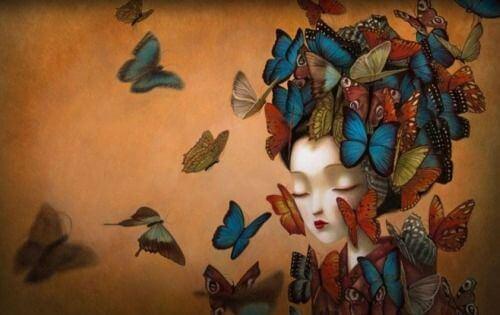mujer-con-los-ojos-cerrados-y-mariposas-en-el-pelo